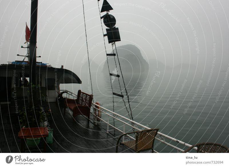 Halong Bay III dunkel kalt Küste grau Wasserfahrzeug braun Felsen Regen Nebel Insel nass Bucht Asien entdecken mystisch Bootsfahrt