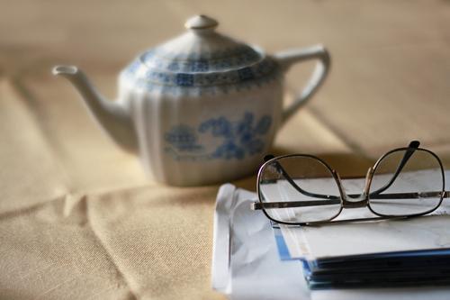 tea time Erholung ruhig Senior Gefühle Stimmung Freizeit & Hobby Häusliches Leben Zufriedenheit 60 und älter Buch Getränk Tisch Papier Brille lesen Postkarte