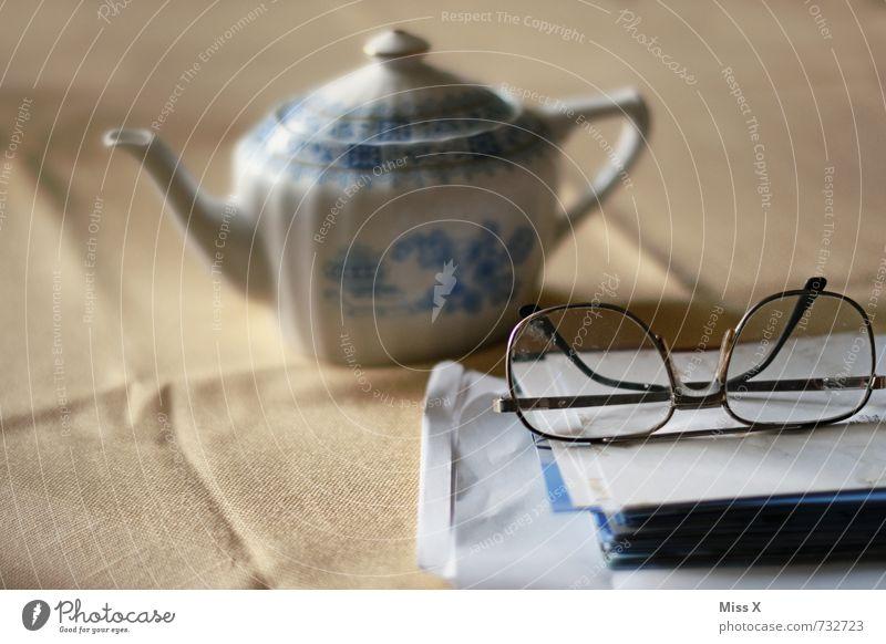 tea time Getränk Tee Wohlgefühl Erholung ruhig Freizeit & Hobby lesen Tisch 60 und älter Senior Brille Papier Gefühle Stimmung Gelassenheit Zufriedenheit