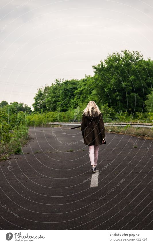 On Line Junge Frau Jugendliche Erwachsene 1 Mensch 18-30 Jahre 30-45 Jahre Wolken Menschenleer Straße Wege & Pfade Autobahn Jacke gehen Einsamkeit