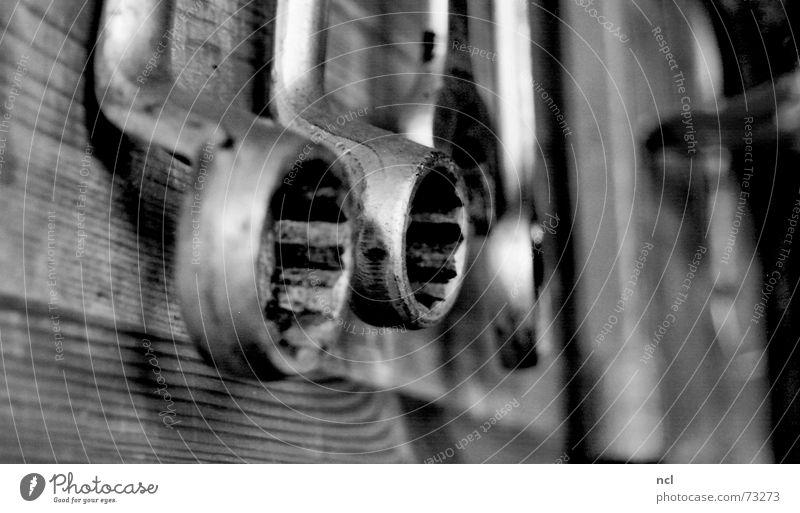 Schraubenschlüssel Werkzeug Holz schrauben KFZ Schlüssel Werkstatt Handwerk Arbeit & Erwerbstätigkeit Montage schwarz Holzwand Werkzeugkasten Material Maschine