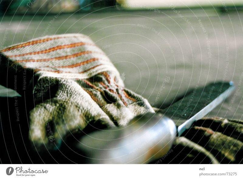Handwerken! raspeln Handschuhe berühren Fabrik schäbig alt dreckig verschlissen Eisen Leder Streifen rau hart Arbeit & Erwerbstätigkeit Fabrikhalle Hobelbank