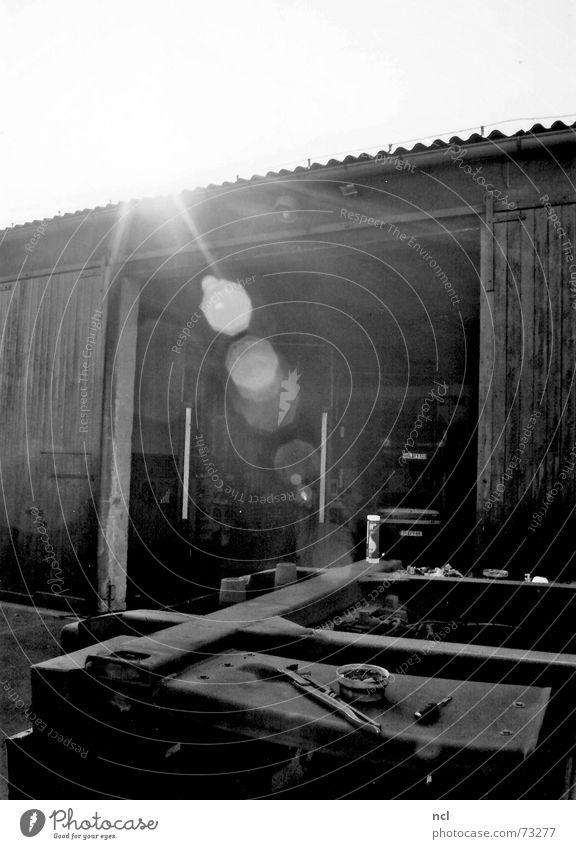 Werkstatt Fahrzeug KFZ Gegenlicht heiß Scheune Eingang Hebebühne Schwüle grell blenden Physik Strahlung Lastwagen Sonne Blendenfleck Schönes Wetter Tor Wärme