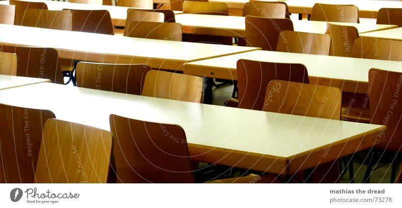 leergefegt Tisch Sitzgelegenheit Saal Aula Einsamkeit steril Holz Sauberkeit weiß braun Stuhl stüle Stuhllehne schultische Reihe