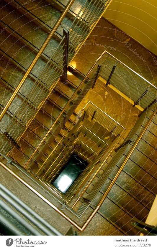 ...am ende kommt das licht... gelb leer Treppe Ecke bedrohlich Stahl Etage tief Flur Geländer Geometrie Treppenhaus parallel Rechteck