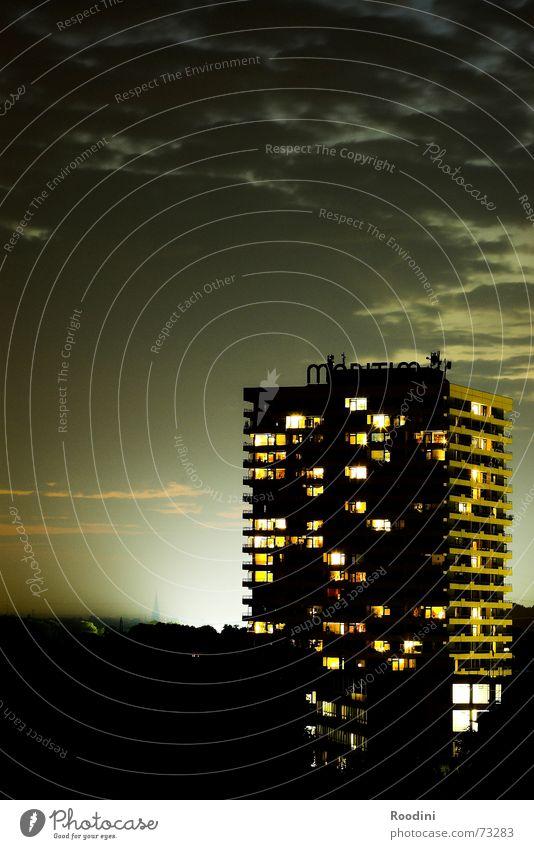 Halo Hochhaus Nacht Licht Nebel Etage Fenster Balkon Hotel Wolken Haus Gebäude Nachtleben Wohnung Raum Stadt Farbenspiel Nordlicht Flutlicht Lichtschein Abend