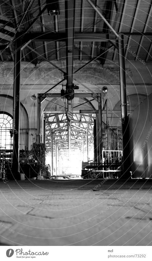 Krantrasse Fabrik verfallen Eisen dunkel Handwerk Vergangenheit vergessen verrotten schwarz weiß Arbeit & Erwerbstätigkeit Fabrikhalle Bodenbelag Metallbau