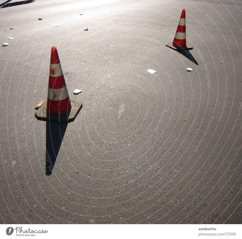 Marathon Asphalt Barriere Hut Durchfahrtsverbot Verbote Gegenlicht Mondlandung Slalom Straße Verkehrsleitkegel verkehrslenkung Schatten Feuerwehr Sambatänzer