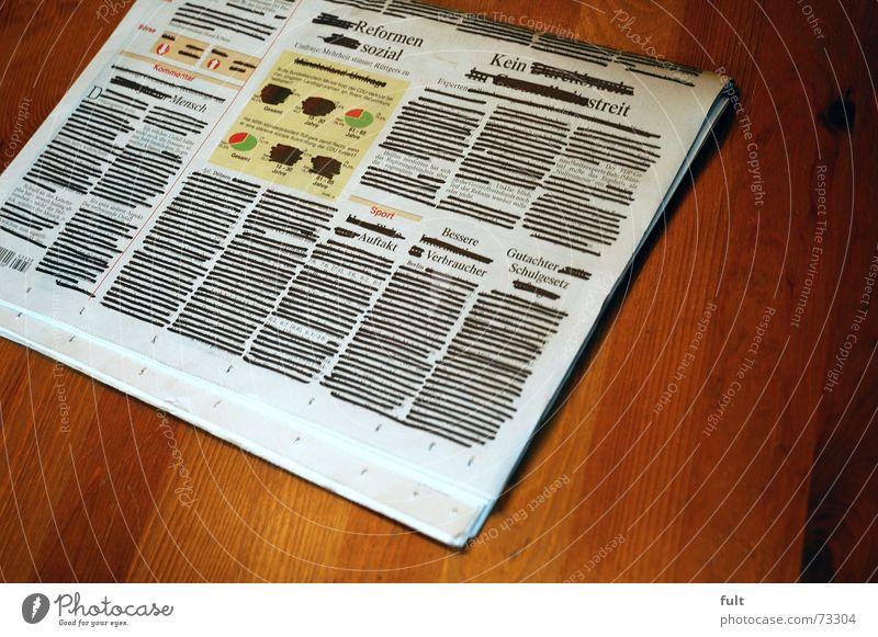zensur Zeitung Zensur schwarz streichen Meinungsfreiheit Papier Holz Information ohne worte