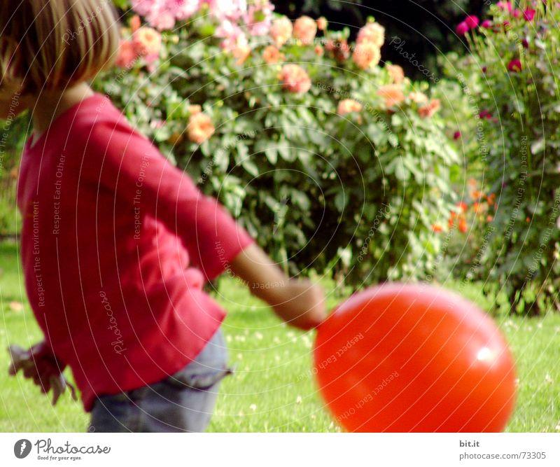 mir nach Mädchen Spielen Bewegung Garten Luftballon Kind positiv Bildausschnitt Anschnitt 3-8 Jahre spielend Kinderarm Kinderoberkörper