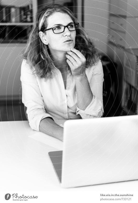 quod erat demonstrandum Jugendliche Junge Frau 18-30 Jahre Erwachsene feminin Denken Arbeit & Erwerbstätigkeit Büro Computer Studium lernen Brille Suche Bildung