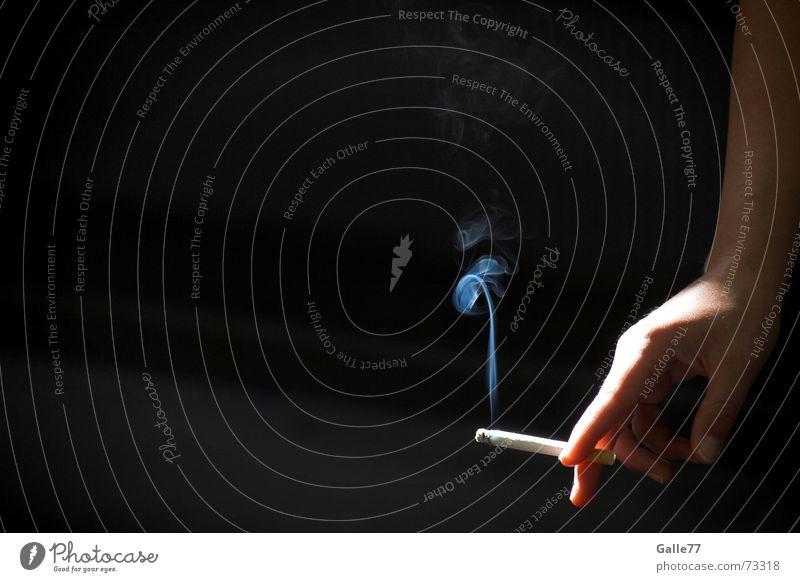 Blauer Dunst Rauch Hand Zigarette ruhig Pause Licht vertikal lässig Kontrast lot