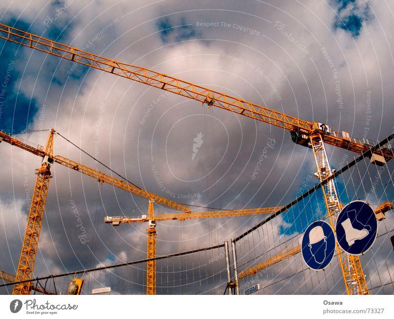 safer Sex Kran Baustelle Sicherheit Helm Stiefel Arbeitsschuhe Zaun Bauzaun Barriere Stahl Fachwerkfassade Ausleger Wolken phallussymbol