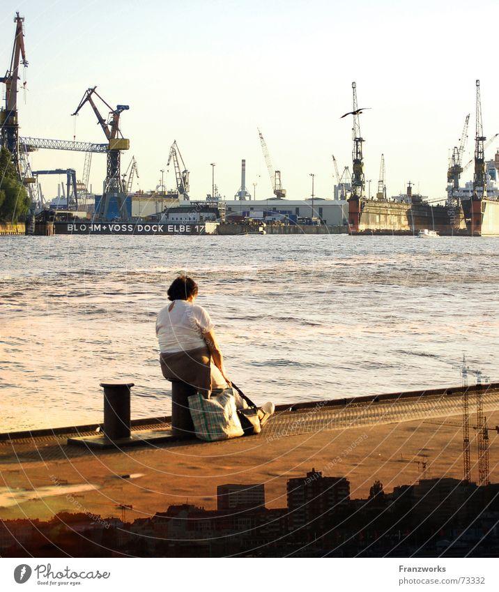 Hamburger Wasser... Frau Ferien & Urlaub & Reisen Fluss Hafen Skyline Anlegestelle Fernweh Kran Container Elbe Dock Poller Schiffswerft