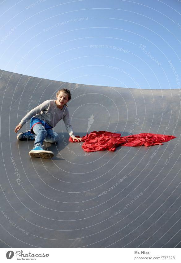nach unten Lifestyle Spielen feminin Mädchen 1 Mensch 8-13 Jahre Kind Kindheit Wolkenloser Himmel Schönes Wetter Bauwerk toben rot Freude Glück Fröhlichkeit