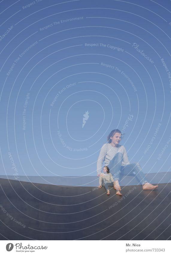über sich hinauswachsen Lifestyle feminin Mädchen 1 Mensch 8-13 Jahre Kind Kindheit Wolkenloser Himmel Bauwerk Gebäude beobachten sitzen warten Wachsamkeit