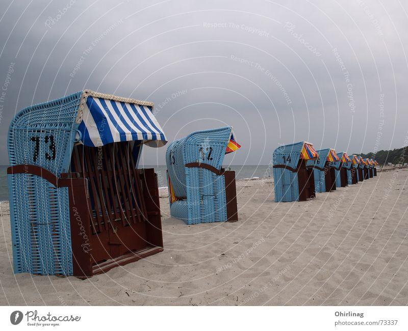 Bei Schlechtwetteranmarsch tanzt einer aus der Reihe ... Meer blau Strand Ferien & Urlaub & Reisen ruhig Ostsee Strandkorb Rerik
