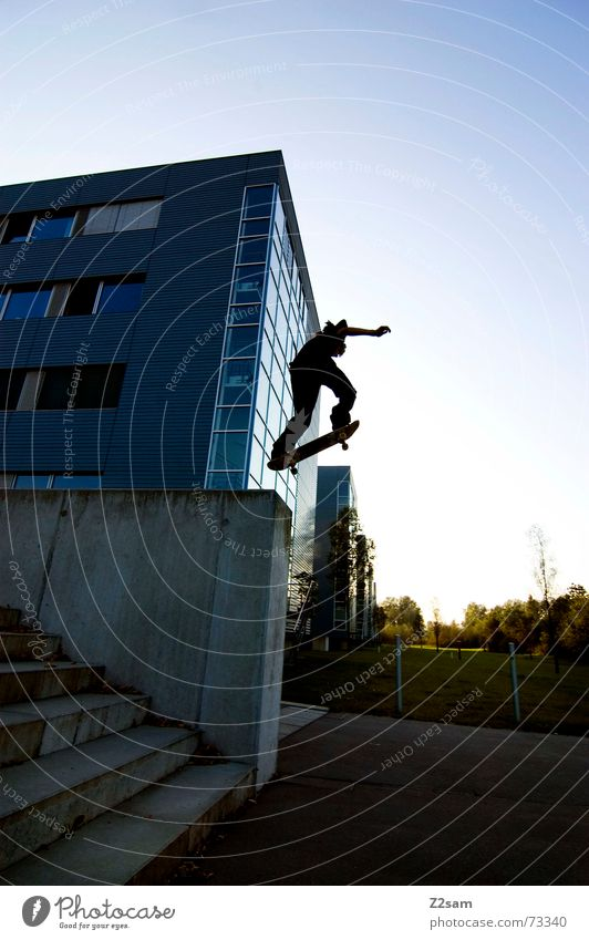 little man/big drop Kind Stil Sport Mauer Lifestyle fliegen springen Treppe Skateboarding abwärts Trick Funsport Stunt Parkdeck Air
