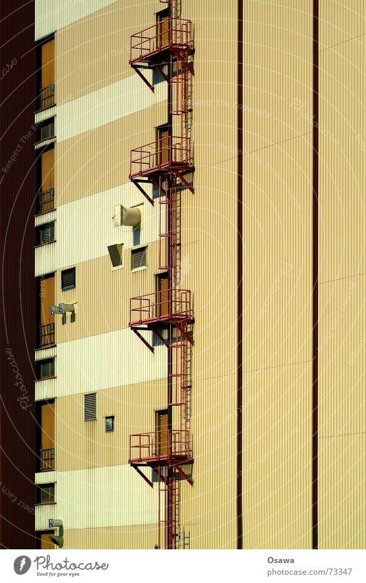 Kraftwerk 6 Fassade Luke braun beige Ocker dunkelbraun Wellblech Trapezblech Streifen Balkon Stahl Gebäude Bauwerk Treppe Leiter Tür skywalker