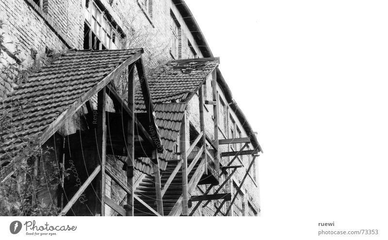Halbe Treppe Einsamkeit schwarz Haus kalt Holz grau Stein Gebäude Traurigkeit Eis kaputt Frost trist Industrie Vergänglichkeit