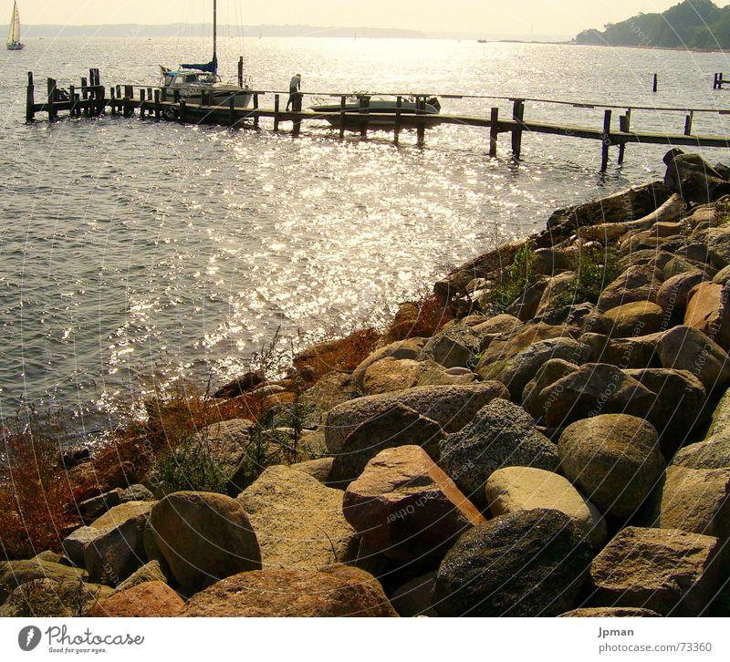Abendsonne in Dänemark Wasser Sonne Stein Wärme Wasserfahrzeug Küste Physik Segeln Steg Berghang