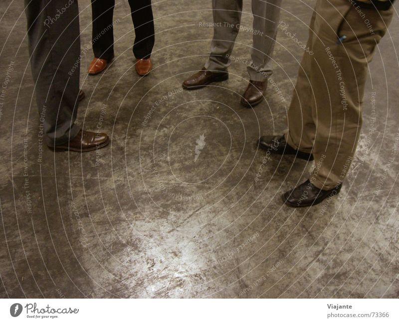 Ortsbesichtigung I Mensch sprechen Arbeit & Erwerbstätigkeit Fuß Schuhe Beine Business warten Bekleidung Industriefotografie stehen Sitzung Ladengeschäft