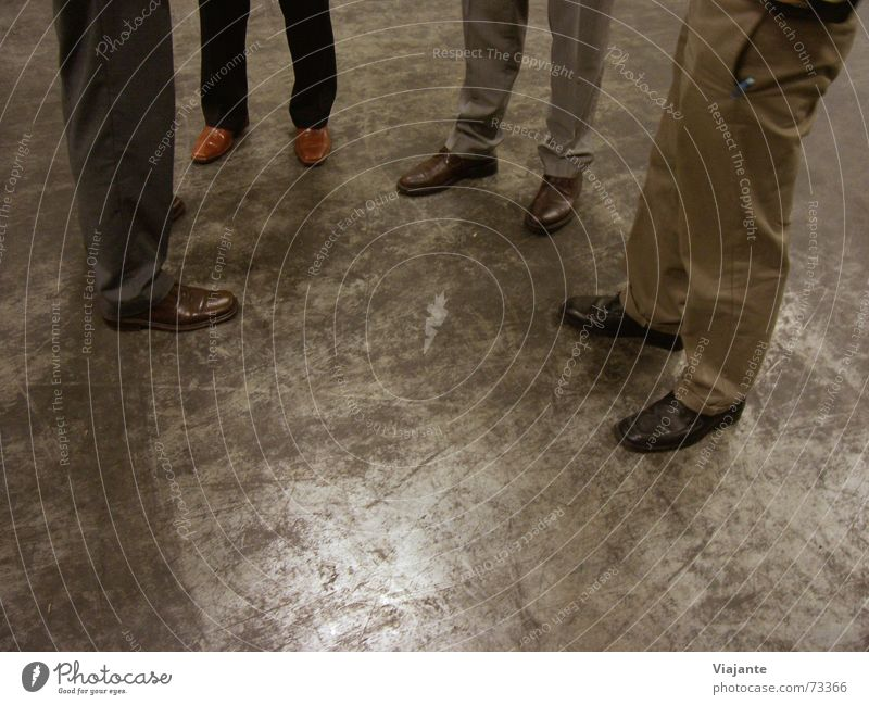 Ortsbesichtigung I Mensch sprechen Arbeit & Erwerbstätigkeit Fuß Schuhe Beine Business warten Bekleidung Industriefotografie stehen Sitzung Ladengeschäft Geschäftsleute Lagerhalle Verabredung