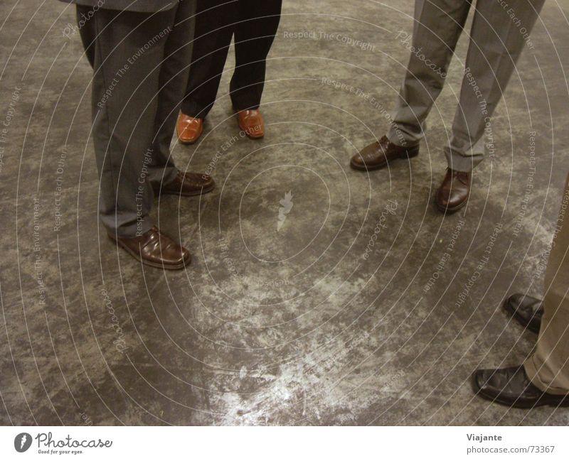 Ortsbesichtigung II Mensch sprechen Arbeit & Erwerbstätigkeit Fuß Schuhe Beine Business warten Bekleidung Industriefotografie stehen Sitzung Ladengeschäft Versammlung Geschäftsleute Lagerhalle