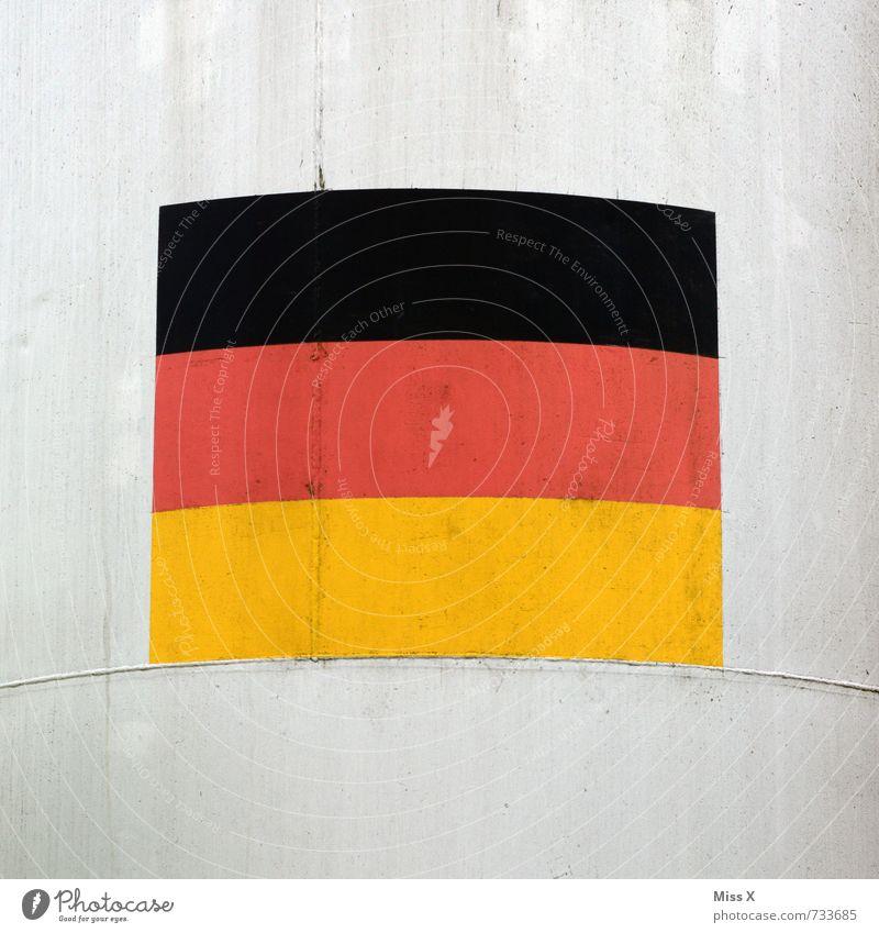 Fassade Fußballplatz Stadion Mauer Wand Beton Zeichen Schilder & Markierungen gold rot schwarz Deutsche Flagge Deutschland Fahne Weltmeisterschaft Farbfoto