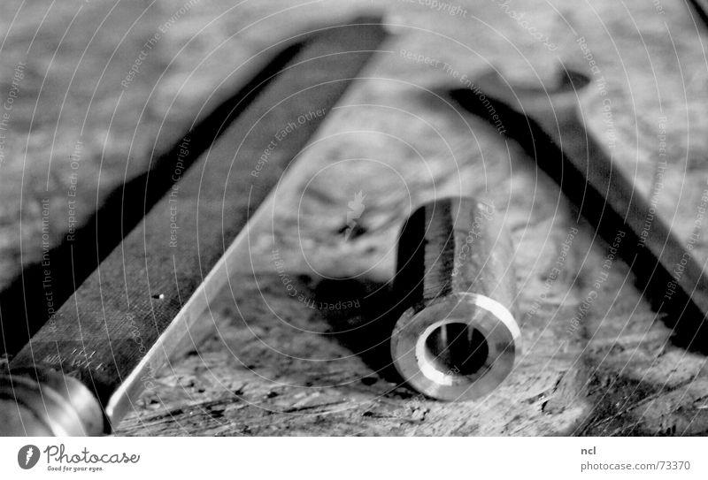 Werktisch weiß schwarz kalt Metall Industriefotografie Fabrik liegen Streifen Stahl Handwerk Eisenrohr Flucht Schlüssel Material Arbeitsplatz