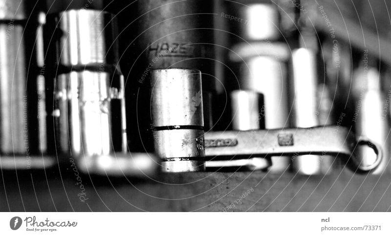 Aufsätze weiß schwarz kalt Metall Industriefotografie Fabrik liegen Werkzeug Streifen Stahl Handwerk Eisenrohr Flucht Schlüssel Eisen Arbeitsplatz
