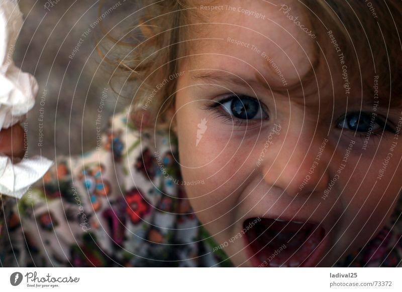 Schreikind Mädchen Mund Locken sprechen fangen gehen hören lachen schreien Blick Spielen Konflikt & Streit weinen klein Geschwindigkeit unten blau Kindheit