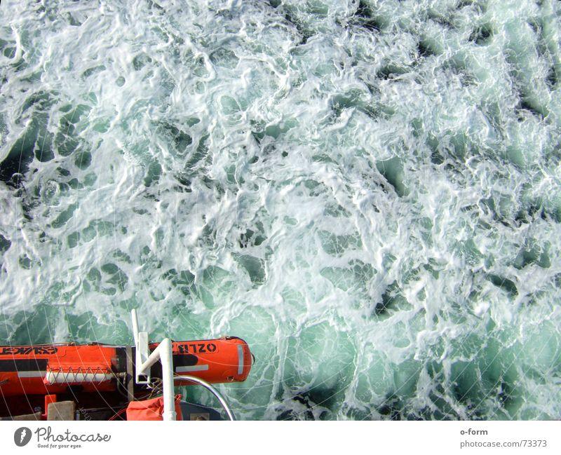Jack Dawson lebt ruhig Einsamkeit langsam Wasserfahrzeug Wellen Schaum rot grün türkis Meer Rettung Beiboot Fähre Schiffbruch Sicherheit Reling Außenaufnahme