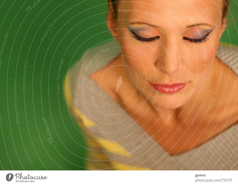 Green Room 1 Frau grün ruhig Auge Erholung träumen Beautyfotografie Model Schminke Kosmetik Porträt Schminken ruhen