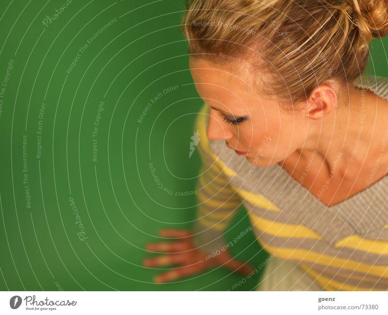 Green Room 2 Frau Beautyfotografie Model Kosmetik Schminken Porträt grün Denken Schwäche ruhig Schock babe Auge nachdenken