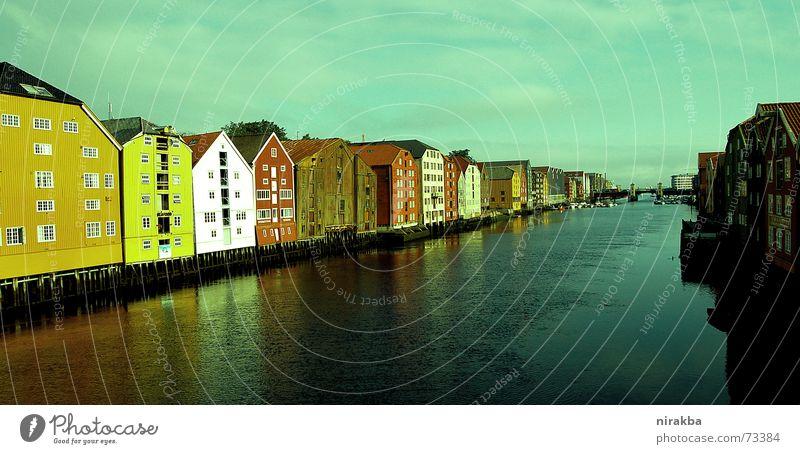 Trondheim steht auf Stelzen Skandinavien Haus Häuserzeile Reflexion & Spiegelung Norwegen Wasser Reihe Flucht Perspektive Himmel Fjord Pfosten