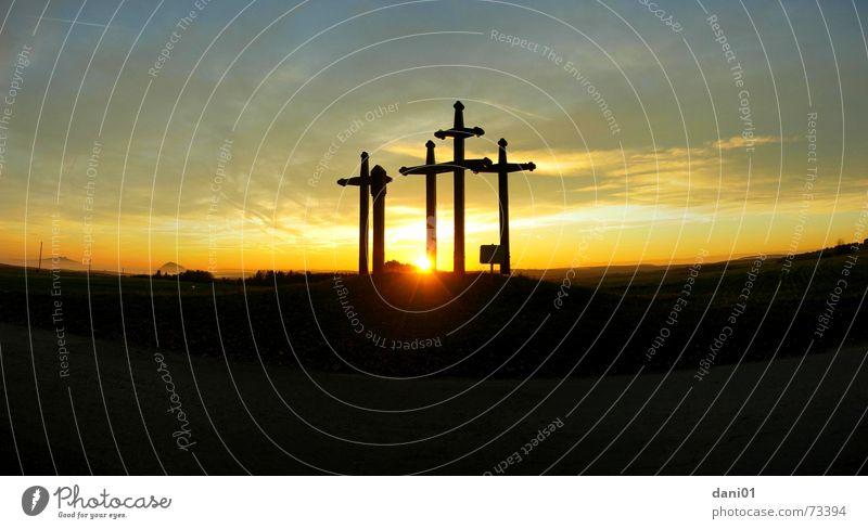Pestkreuze bei Tuttlingen ... Himmel Sonne Sommer Wolken Berge u. Gebirge Rücken groß Christentum Abenddämmerung Christliches Kreuz Panorama (Bildformat) Seuche