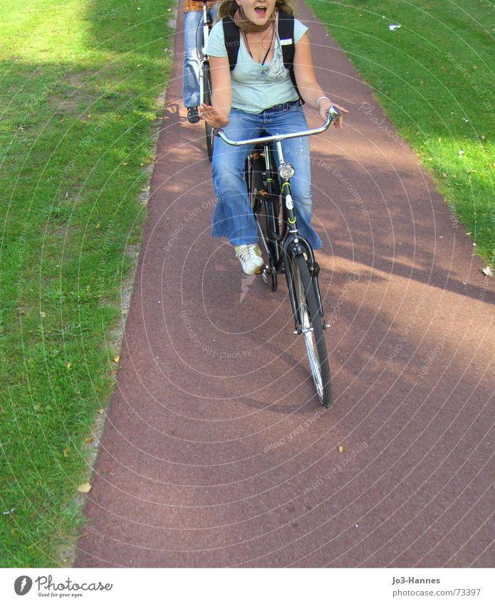 Freiheit unterwegs Jugendliche Freude Sommer Ferien & Urlaub & Reisen Straße Wiese Wege & Pfade Musik Fahrrad lustig Zufriedenheit Ausflug Freizeit & Hobby frei