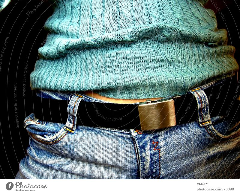 Türkis Frau blau schwarz dunkel feminin Wärme Jeanshose weich Physik Hose Stoff Bauch türkis Pullover Leder Gürtel