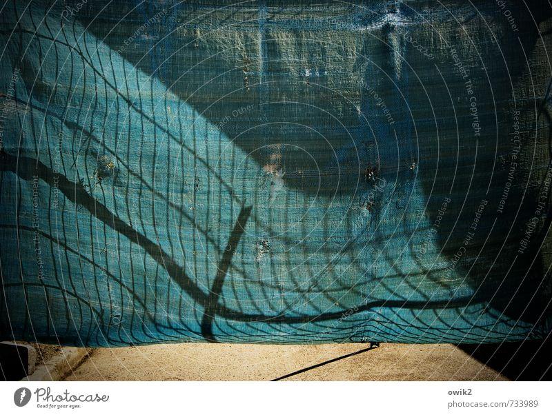 Der Wind weht wo er will Sonnenlicht Klima Wetter Schönes Wetter Metall Kunststoff Bewegung Schatten Schattenspiel Gitter Bauzaun Barriere Abdeckung türkis blau