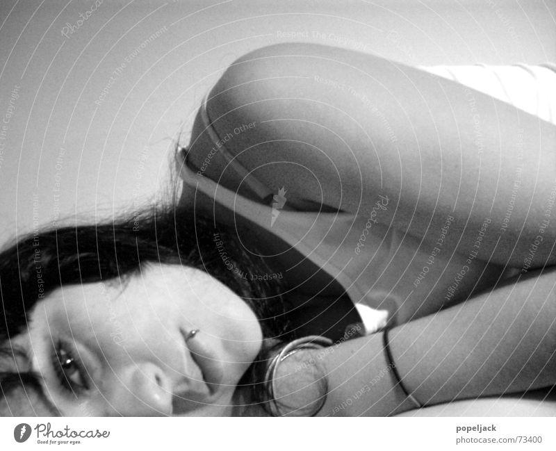 schlaflos Trauer schwarz weiß grau Piercing träumen Wachsamkeit wach Rauschmittel Auge liegen Tränen weinen Schwarzweißfoto Blick Alkoholisiert