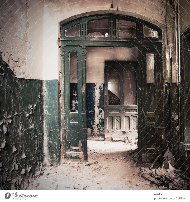 Alte Kaserne Innenarchitektur Raum Treppenhaus Gebäude Mauer Wand Fassade Tür alt dehydrieren dreckig historisch trashig trist Verfall Vergangenheit