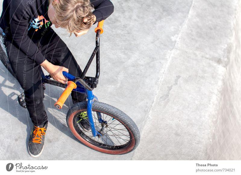 Pause Kind Jugendliche schwarz Haare & Frisuren Denken Beine Park maskulin orange Zufriedenheit Haut Schuhe sitzen Orange Fahrrad 13-18 Jahre