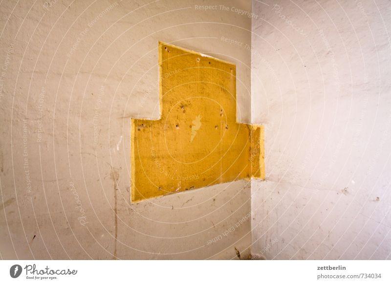Heute keine Post Haus Treppenhaus Häusliches Leben Wohngebiet Stadtleben Wand Mauer Briefkasten Montage Erneuerung Sanieren Spuren Rest Umrisslinie amputiert