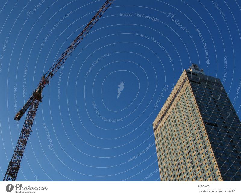 noch zwei Berliner Wahrzeichen himmelblau Kran Ausleger Fachwerkfassade Hochhaus Hotel Alexanderplatz Baustelle Beton Stahl Himmel forum hotel bauen Glas