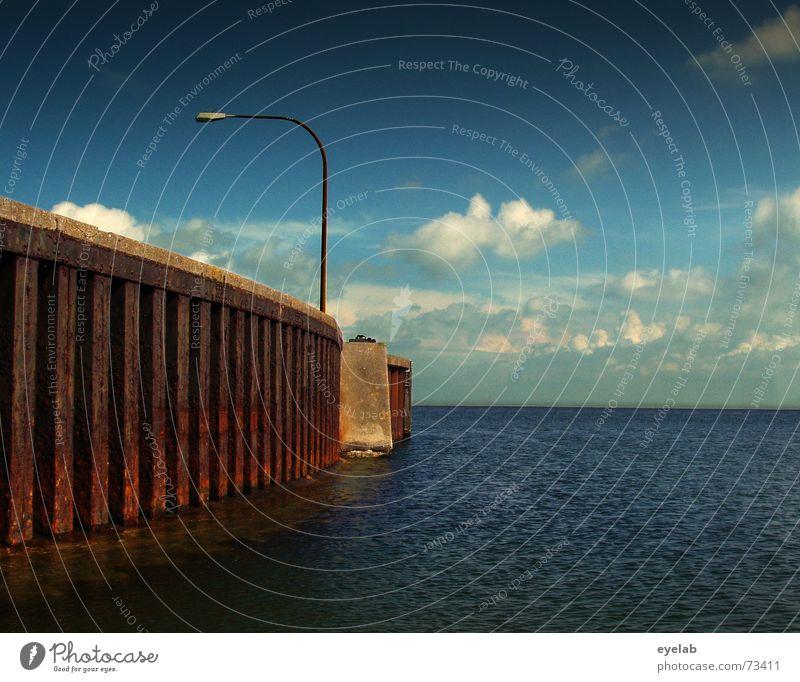 Kein Schiff in Sicht Himmel Meer blau Wolken Lampe Mauer See Wasserfahrzeug Hoffnung Hafen Sehnsucht Stahl Rost Schifffahrt Fernweh Fähre