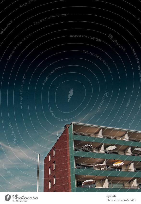 Such das HB Männchen ! Himmel blau Ferien & Urlaub & Reisen Haus Wolken Fenster grau Gebäude Hochhaus Hoffnung Regenschirm Sehnsucht Balkon Sonnenschirm Fernweh
