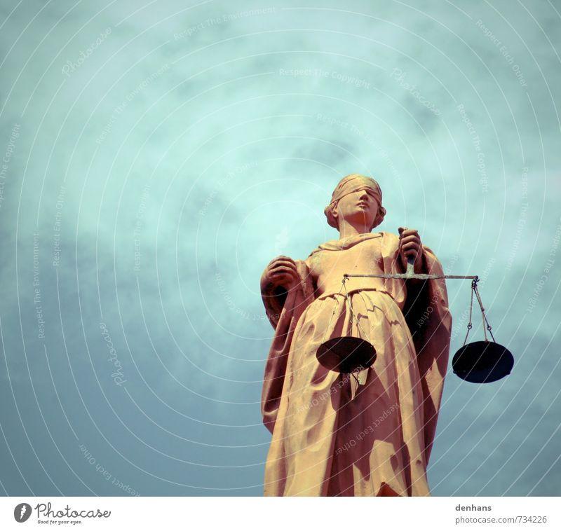Justitia vor bewölktem Himmel Justiz u. Gerichte Skulptur Statue Denkmal Kleid Waage Stein Gerechtigkeit Beratung stehen Konflikt & Streit Bekanntheit blau