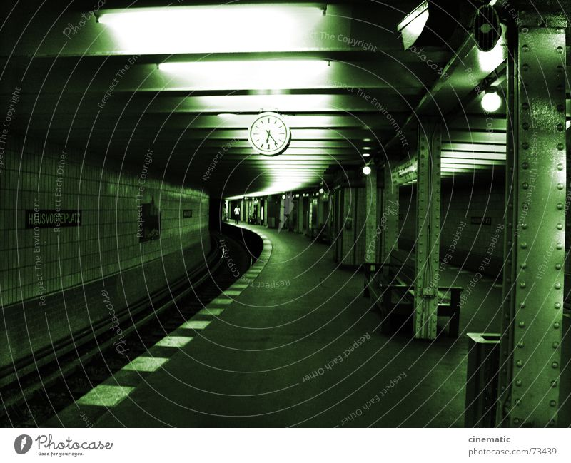 U-Ground Uhr Säule Wand Gleise U-Bahn Station Licht Lampe Lautsprecher Papierkorb Berlin Zeit Biegung Strebe unterirdisch Schilder & Markierungen Mensch Kurve