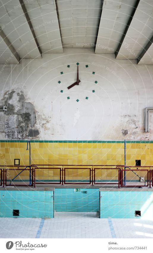 Prime Time alt Stadt Wand Architektur Mauer Uhr trist Perspektive Idee Wandel & Veränderung Dach Vergänglichkeit historisch Geländer Schwimmbad trocken